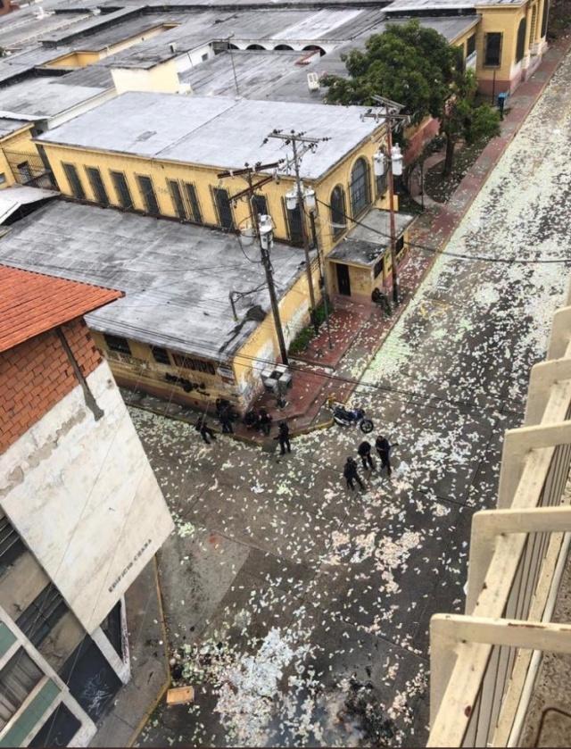 Жители Венесуэлы выбрасывают на улицу обесцененную местную валюту