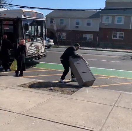 С банкоматом на автобус?