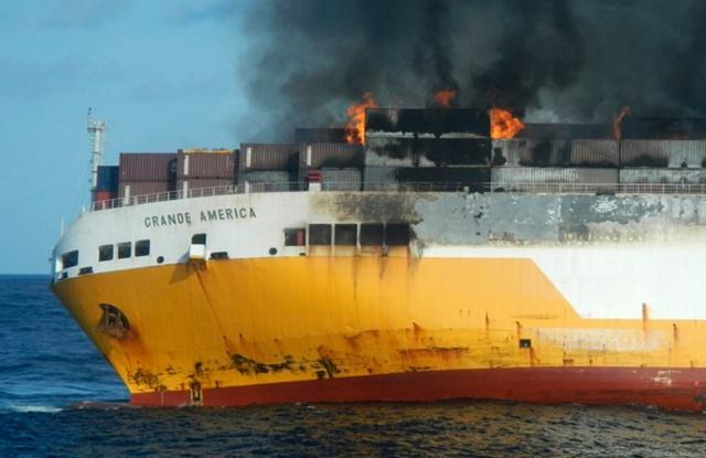 На побережье Франции загорелось и затонуло судно Grande America, перевозившее 2000 автомобилей