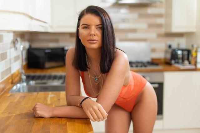 Мать веб-модели Бэт Спибай фотографирует ее для порносайтов