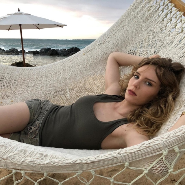 Актриса Шарлотта Кирк, из-за которой директор Warner Bros. потерял работу Всячина