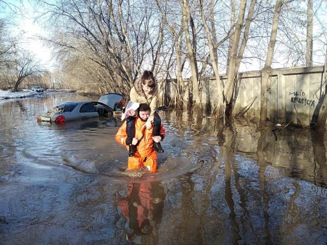 В Сибири сотрудники МЧС спасли девушку, автомобиль которой утонул в луже Всячина