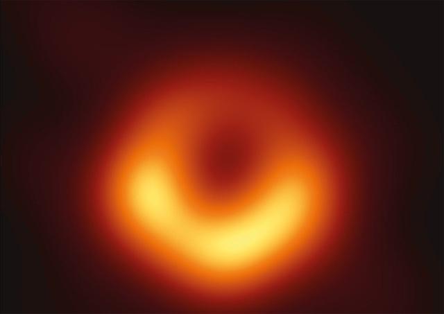 Ученые впервые в истории получили изображение черной дыры