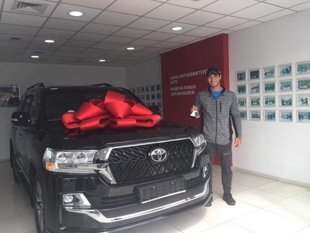 Казахстанскому спортсмену Кыдыргали Онгарбаеву подарили новенький Toyota Land Cruiser