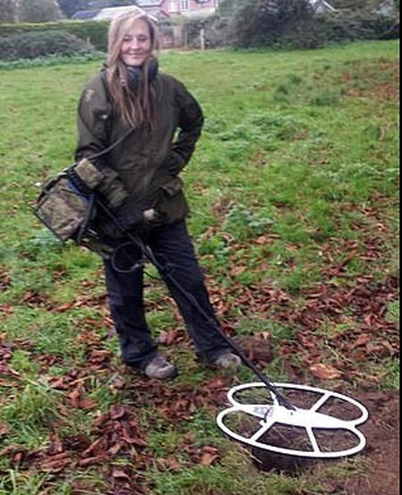 Кладоискательница нашла необычное украшение на недавно вспаханном поле