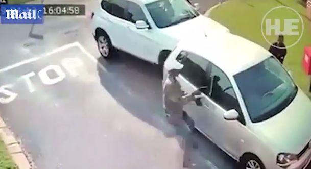 В Африке у белой студентки отняли автомобиль