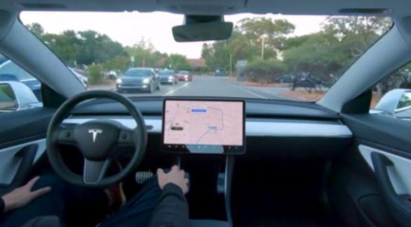 Tesla показала полностью автономный автопилот