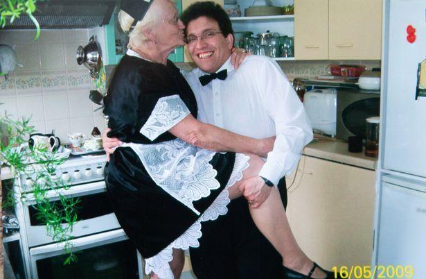 44-летний мужик наслаждается сексом с 83-летней женой