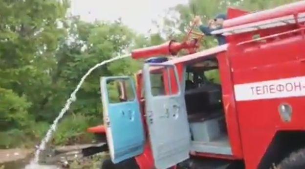 Кажется, что с этой пожарной машиной что-то не так