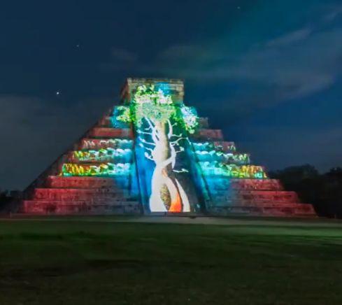 Завораживающие ночное шоу в Чичен-Ица (Юкатан, Мексика).