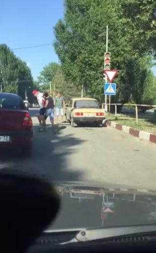 Водитель не пропустил пешехода на переходе, что стало причиной драки