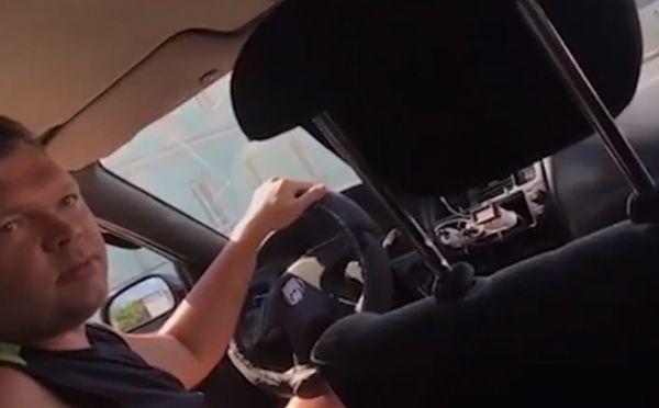 Таксист захотел везти за свою цену, в ответ на отказ пригрозил изнасиловать пассажира