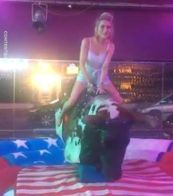 Девушка на механическом быке. Держалась до последнего!
