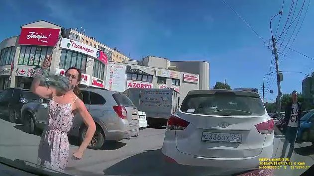Разборки автомобилисток возле ТЦ в Новосибирске: молоток и разбитое стекло