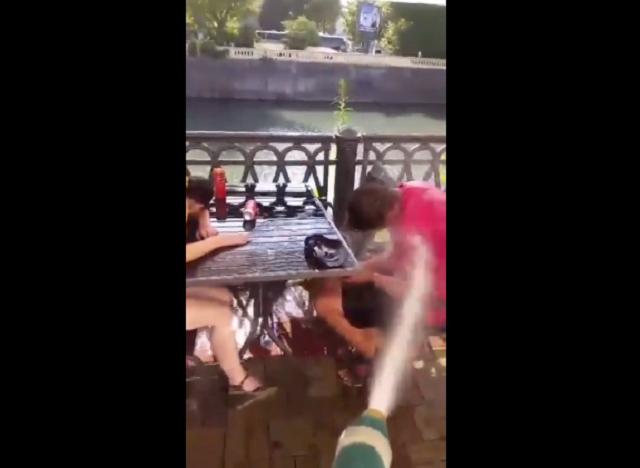 В Сочи сотрудники кафе поливали пьяных посетителей водой из шланга