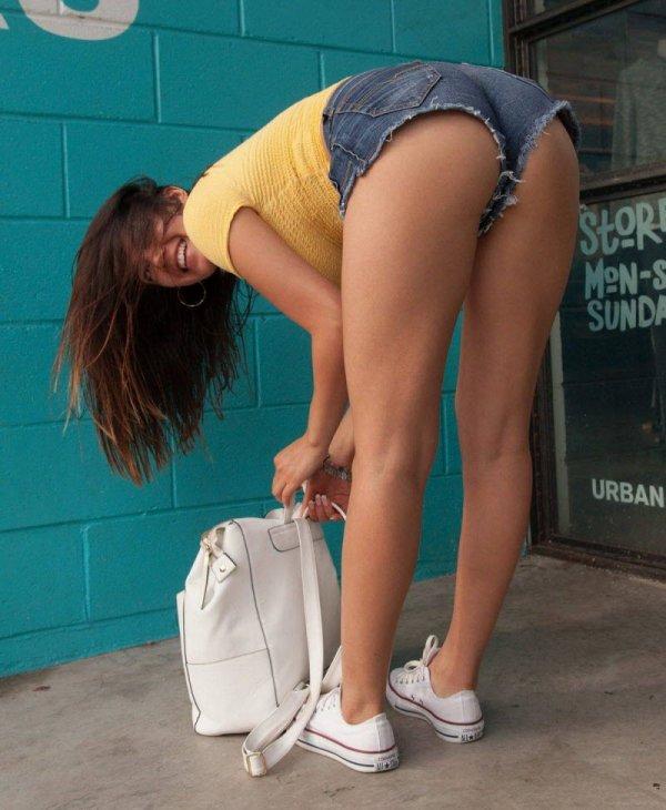 Девушки в коротеньких шортиках