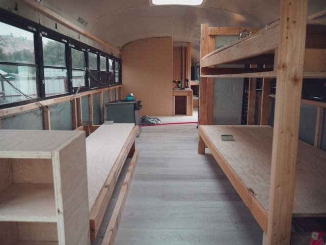Семья из США переделала школьный автобус в дом мечты Всячина