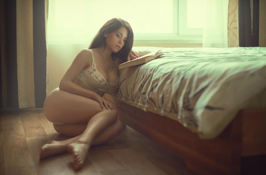 Когда твоя девушка любит читать голышом