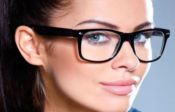 Немолодая женщина и очки
