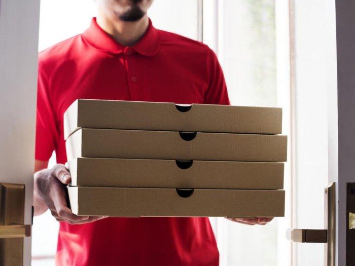Мужчине девять лет подряд постоянно привозят пиццу, которую он не заказывал Всячина