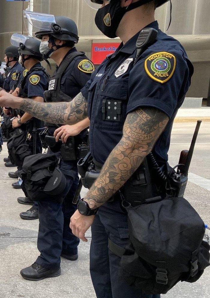 """Найден полицейский из Хьюстона с татуировкой """"Россия"""" и """"Хабаровск"""""""