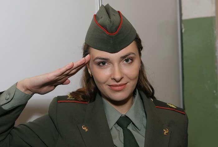 """Как сейчас выглядит исполнительница роли медсестры Иры из сериала """"Солдаты""""?"""