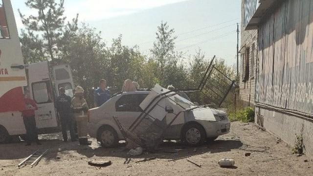 В Вичуге девушка упала с балкона на припаркованный автомобиль Видео