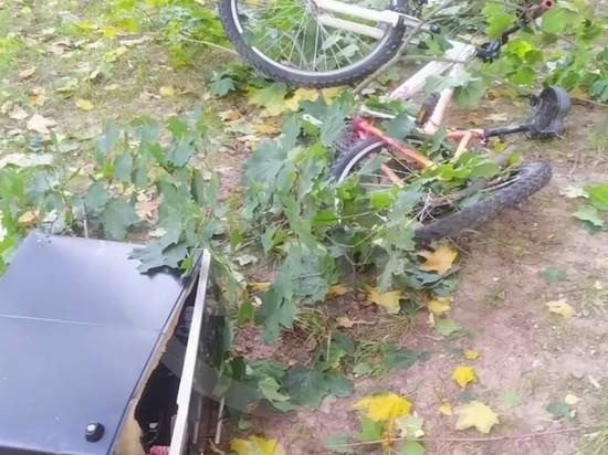 Москвич в бюстгальтере вылетел из окна верхом на велосипеде Видео