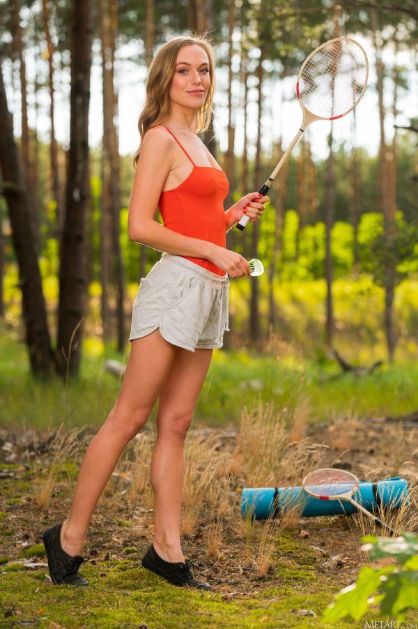 Девушка дня в лесу