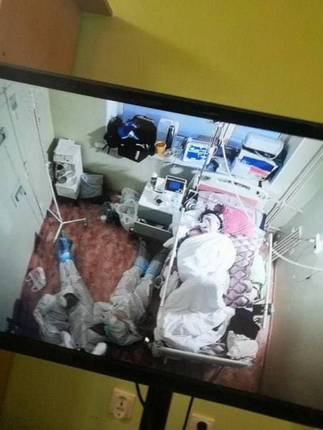 Фото дня: трое врачей из Соснового Бора уснули на полу около пациента, больного коронавирусом Всячина