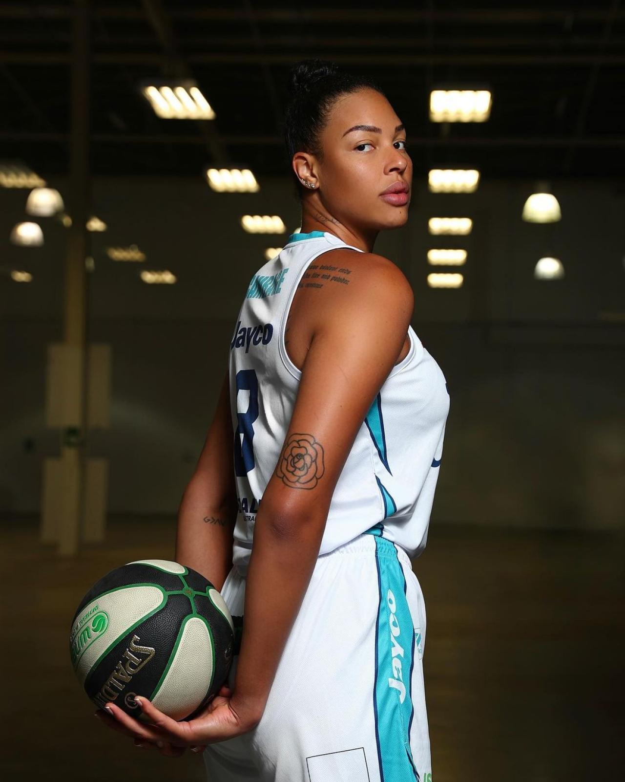 Двухметровая баскетболистка покоряет и мир моды Всячина