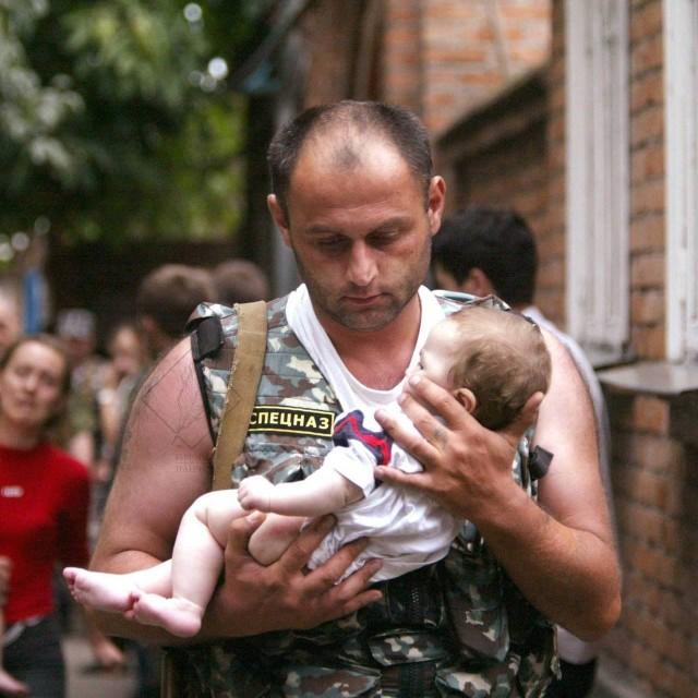 В Беслане школьница пригласила на линейку спасшего ее спецназовца Всячина